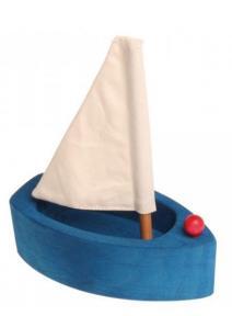 Barco de madera con vela grande