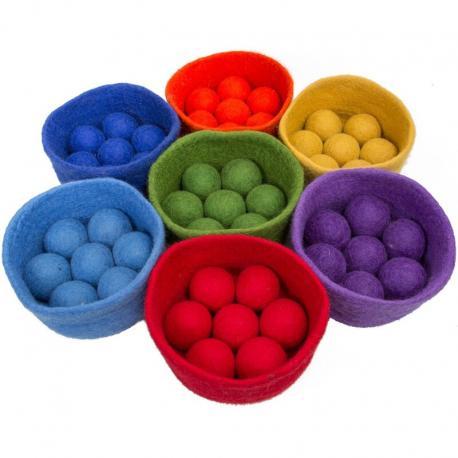 Cuenco y pelotas de lana cardad