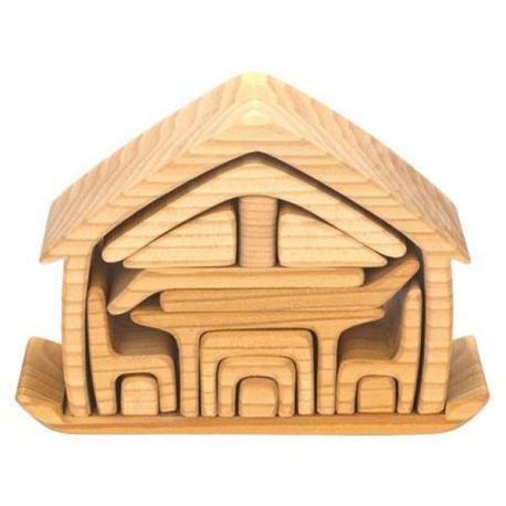 Casita en madera natural con mubles.