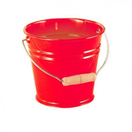 Cubo de metal rojo.