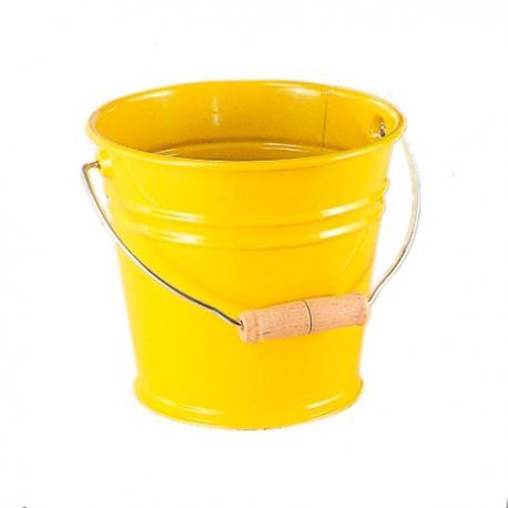 Cubo de metal amarillo.