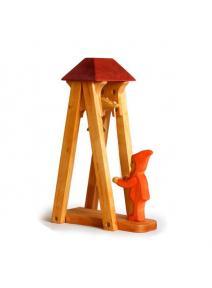 Torre de madera con campanita y enanito